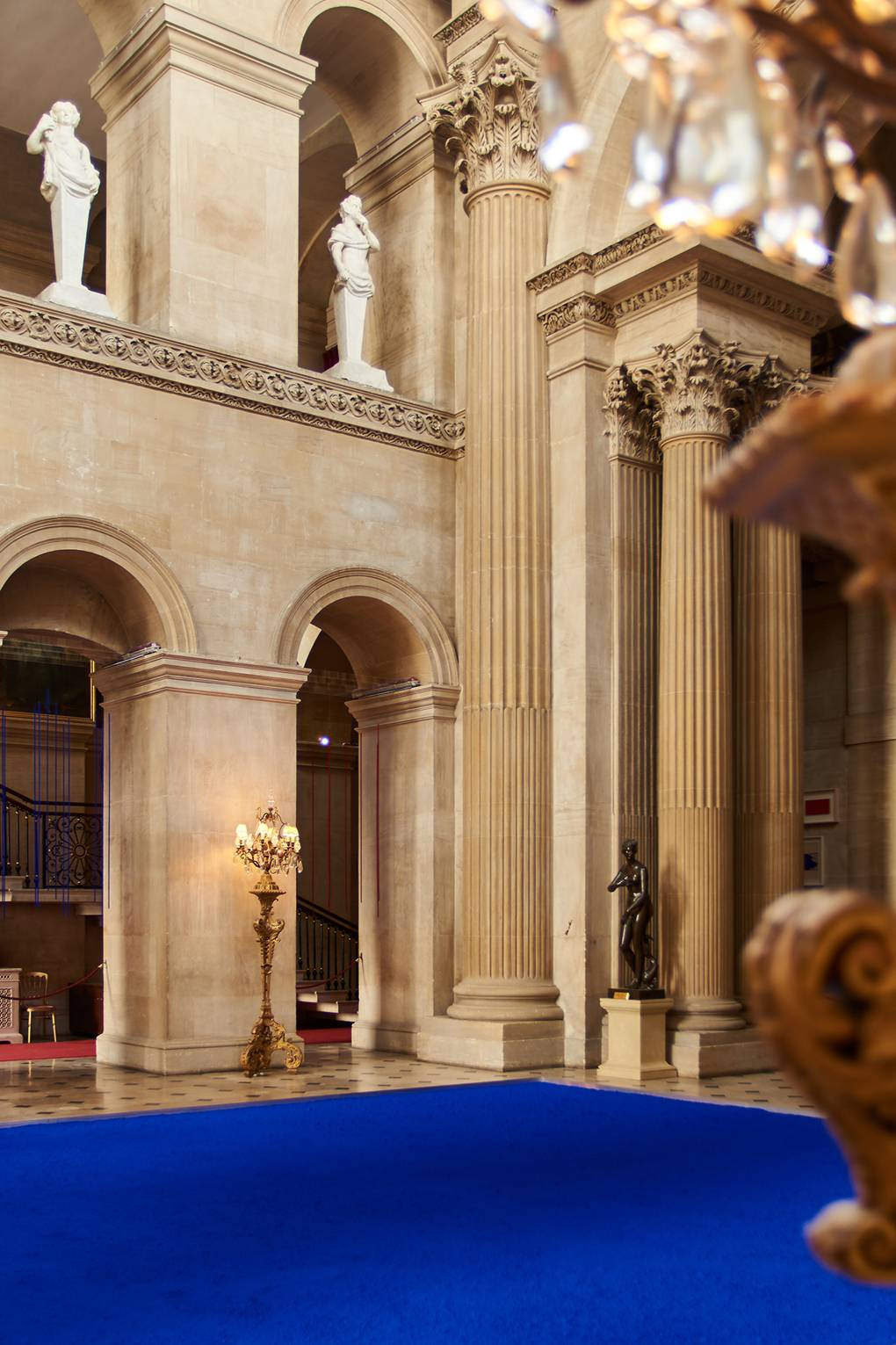 london fine art studios, london art classes, art workshops, art, art classes, london art, yves klein, blenheim palace, A carpet of blue in the Great Hall, Pure Pigment installation, 2018, LOUISE LONG